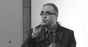 Le Docteur Carl Philipps montre comment fonctionne sa cigarette électronique