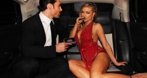 Carmen Electra s'électrise quand il s'agit de tirer sur une ecig de la marque Logic.