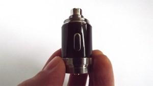 Le cerveau de l'eVic n'est autre que ce composant sur lequel viennent se visser la batterie d'un côté, et l'atomiseur de l'autre.