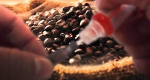 Selon Hajek, réglementer la nicotine reviendrait à réglementer aussi la caféine.