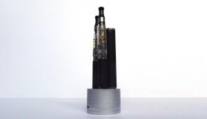 Le chargeur permet d'accueillir trois batteries dont une à la charge