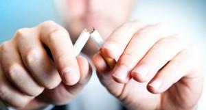 Encore un fumeur qui vient de se séparer de ses cigarettes grâce à une batterie et un atomiseur ...