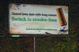 Un panneau d'affichage de rue au Kentucky, prônant les produits du tabac sans fumée pour réduire les risques de cancer du poumon chez le fumeur.