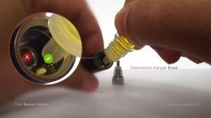Faire couler le e-liquide le long de la paroi en évitant d'en verser à l'intérieur de la colonne d'air