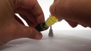 Dévisser la partie métallique en bas du clearomizer pour ensuite le remplir