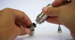 Une pression à l'arrière du flacon permet de verser très précisément le e-liquide.