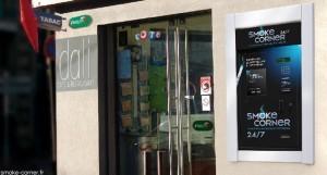 Exemple d'un distributeur Smoke Corner installé à l'extérieur d'un bureau de tabac