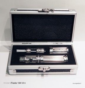 Le coffret de l'iTaste 134 Mini reprend le style d'un flight case.