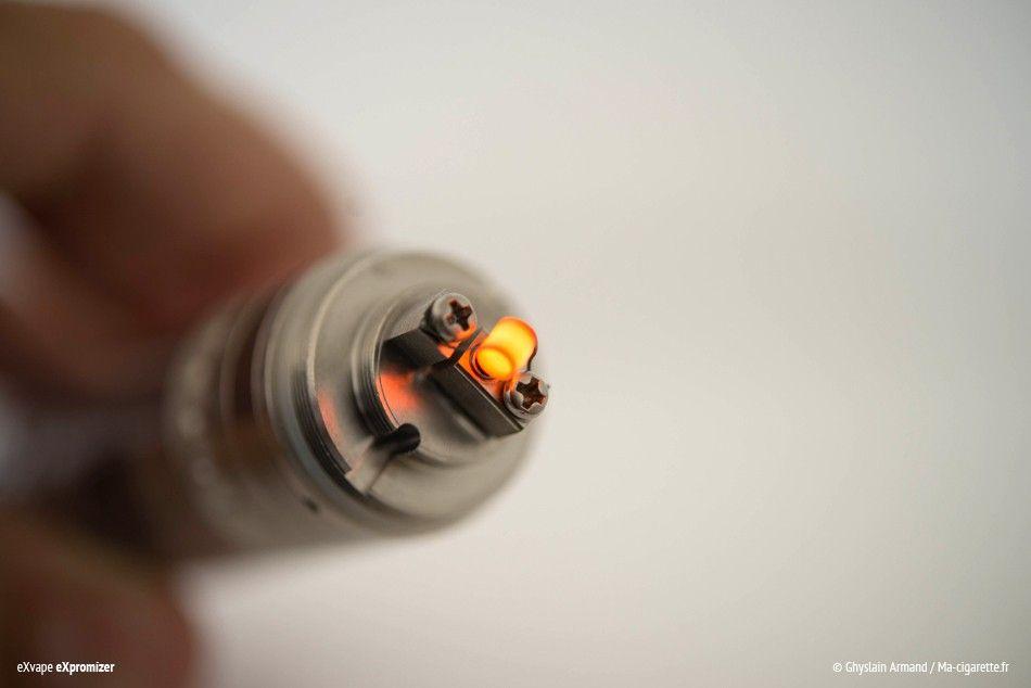 En activant la batterie, la résistance se met à chauffer. Les premières chauffes permettent également de brûler le dépôt qui se trouve sur le fil quand il est neuf. Cette technique sera également utilisée pour nettoyer votre résistance lors du prochain changement de mèche.
