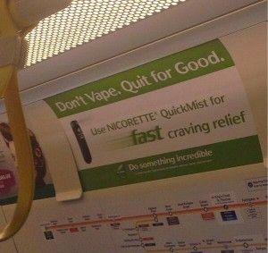 Une publicité photographiée dans le métro de Londres appelle les vapoteurs à utiliser ce spray à la nicotine.
