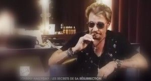 Le chanteur Johnny Halliday avec son e-cigarette dans l'émission 100% Mag (M6).
