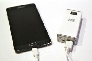 La box peut faire office de chargeur portable dont la réelle utilité peut être remise en cause.