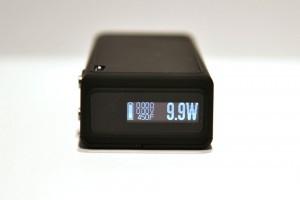 La box est équipée d'un écran OLED 0,69 et d'un système de rechargement par induction.