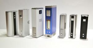 Le MPV3 ici en bleu et le MPV 20W ici en blanc, aux côtés d'autres box mods concurrents.