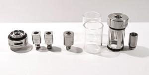 L'atomiseur Kanger Subtank Plus ici entièrement démonté avec toutes les pièces fournies dans le coffret.