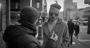 Passant dans la rue donnant son point de vue sur la cigarette électronique. New York, 2016.