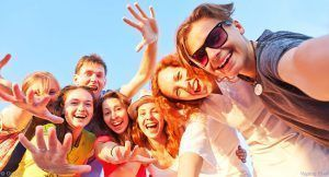jeunes-groupe-selfie-heureux