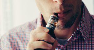 Vapoteur en train de prendre une bouffée sur sa cigarette electronique