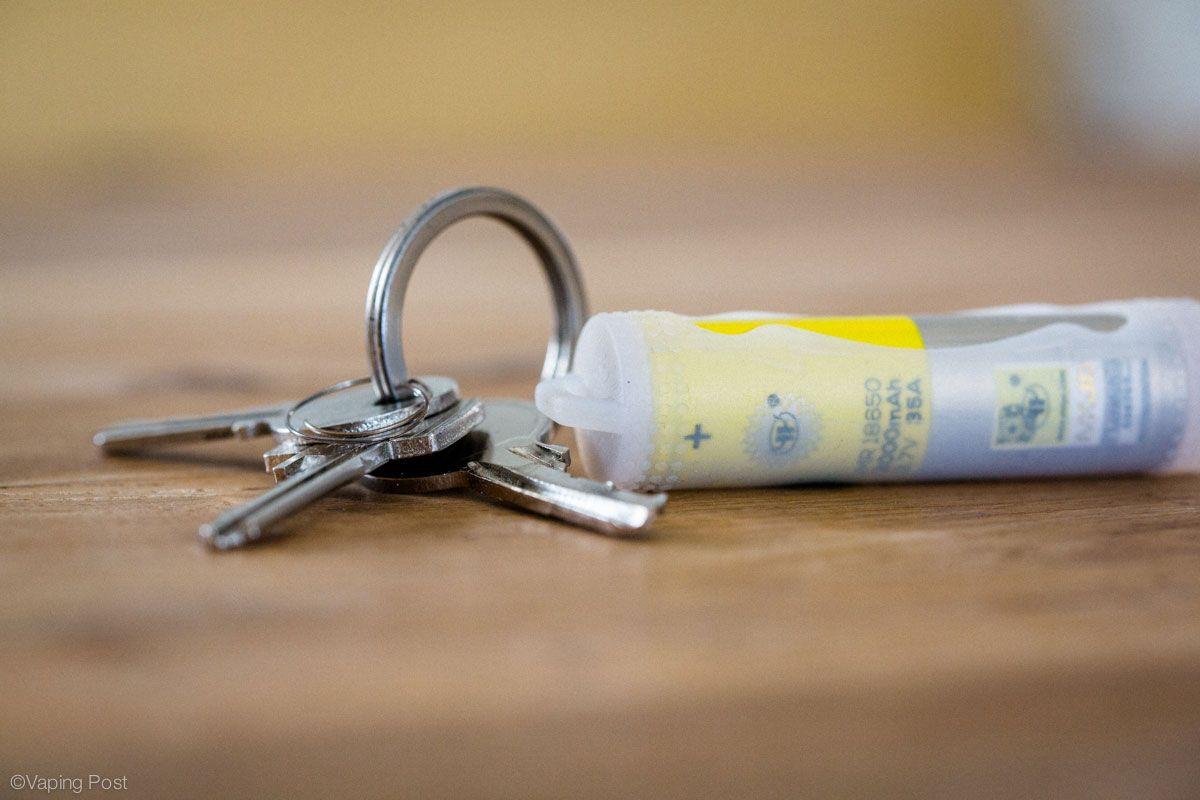 Il existe dans le commerce des protections en plastique peu onéreuses et très pratiques pour protéger les accus lors de leur transport. Ici une protection pour un accu 18650.