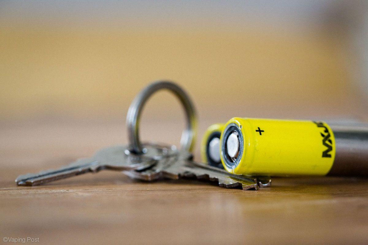 La règle de sécurité élémentaire : ne jamais conserver des batteries à proximité d'éléments métalliques (clés, pièces de monnaie, etc.)