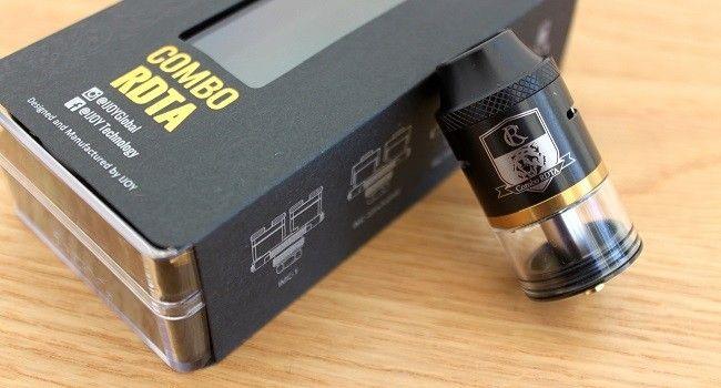 L'atomiseur reconstructible Combo RDTA de Ijoy posé sur s boîte.