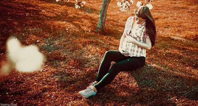 Femme enceinte assise au sol