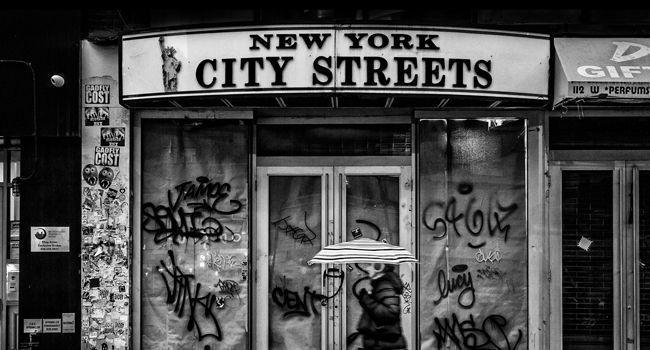 New York City Streets - Femme au Parapluie noir et blanc