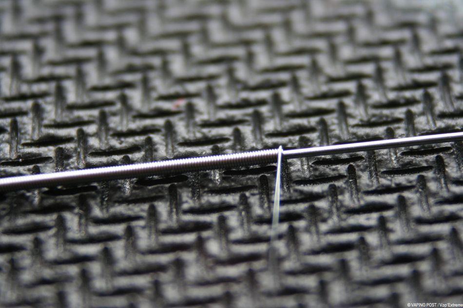 Un fil de Kanthal A-1 qui s'enroule autour d'un autre dans le cadre de la réalisation d'un clapton coil.