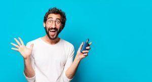 Homme tenant une cigarette électronique