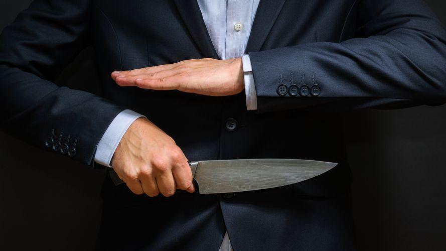 Homme menaçant avec un couteau
