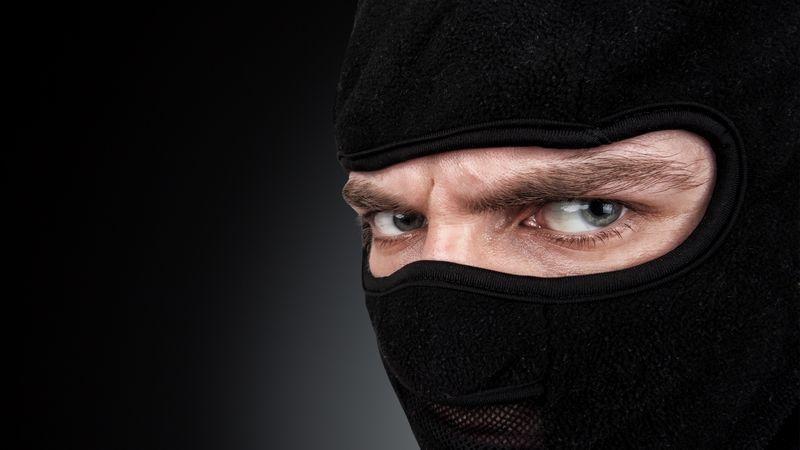 Homme masqué au regard menaçant