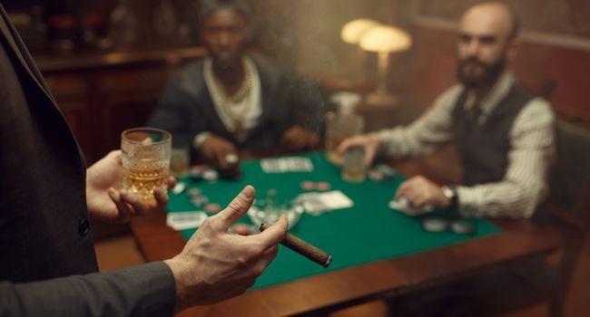 Homme avec un cigar à la main