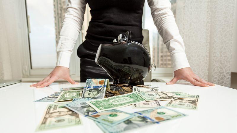 Femme donnant de l'argent
