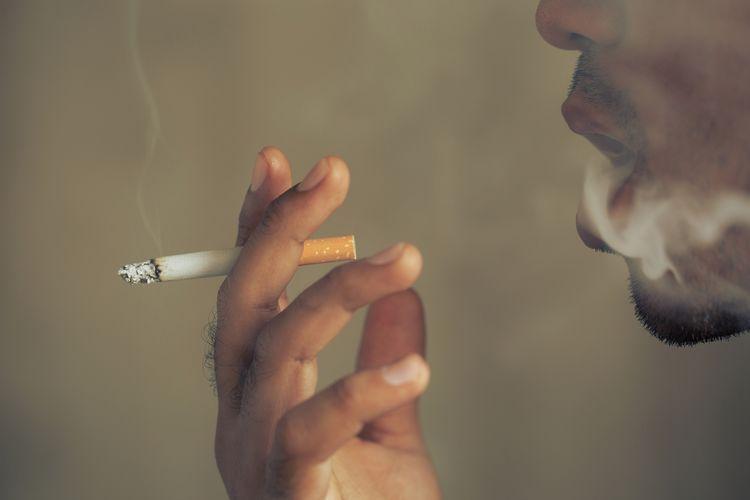 Homme en train de fumer