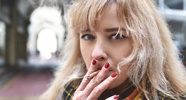 Femme en train de fumer