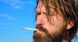 Homme en train de fumer une cigarette