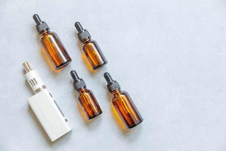 Photo d'une cigarette électronique et d'e-liquides